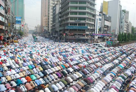 Muslim-men-pray-in-the-st-001
