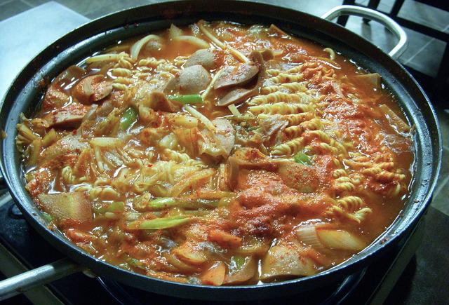 1920px-Korean.cuisine-Budae.jjigae-01