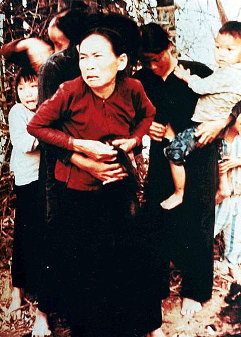 428px-My_Lai_massacre_woman_and_children
