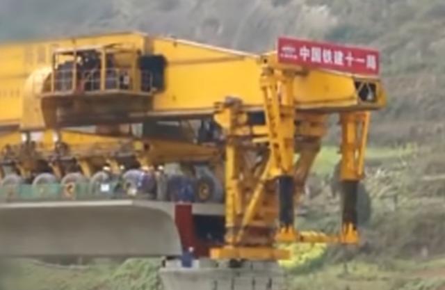 劇訳表示。 : 「中国の橋を繋げていくマシンが凄い!」