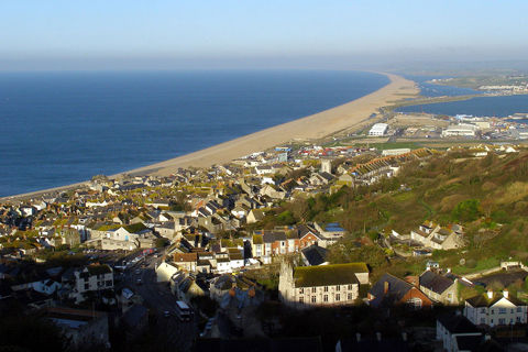 1280px-Newgrounds_viewpoint_chesil_beach_and_fortuneswell_dorset