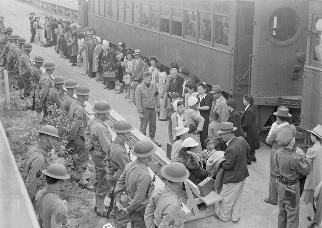 Americans-Japanese-detention-camps-California-1942