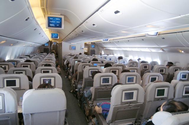 Japan_Airlines_777-200ER_Economy_cabin