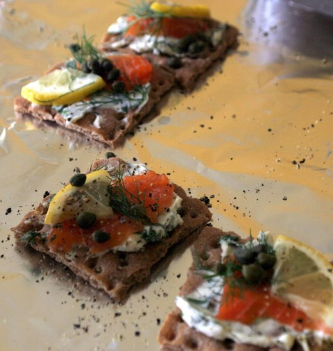 1024px-Gravlax_on_crackers_with_pepper_and_lemon