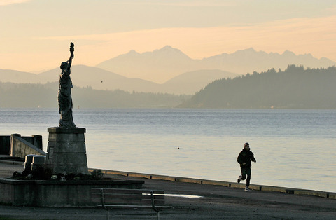 Seattle-Alki-Point-Statue-of-Liberty-jogger-2772