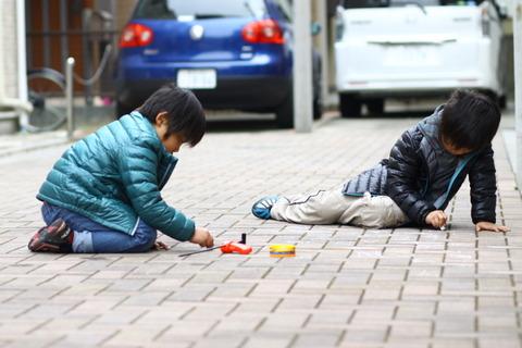 冬に買った新築分譲住宅。予想はしてたけど、春になって暖かくなったら道路で遊ぶ子供がうじゃうじゃ…orzの画像