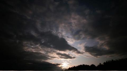 807768012-雲ノ景色-闇-雲ノ動キ-太陽光線