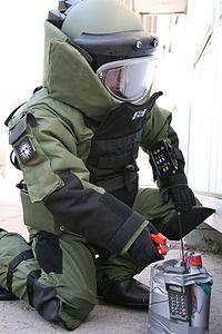 200px-Bomb_neutralizing_EOD_9