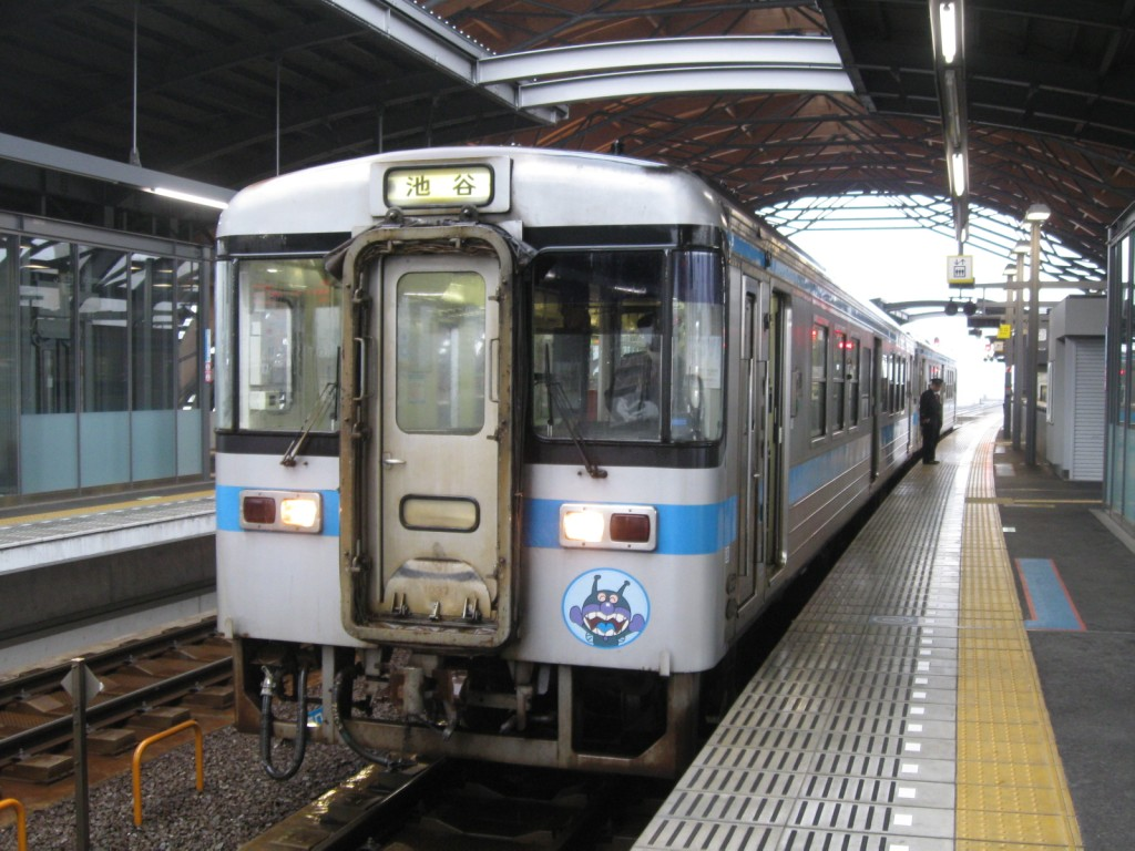 JR四国1000形気動車(高知駅にて ...