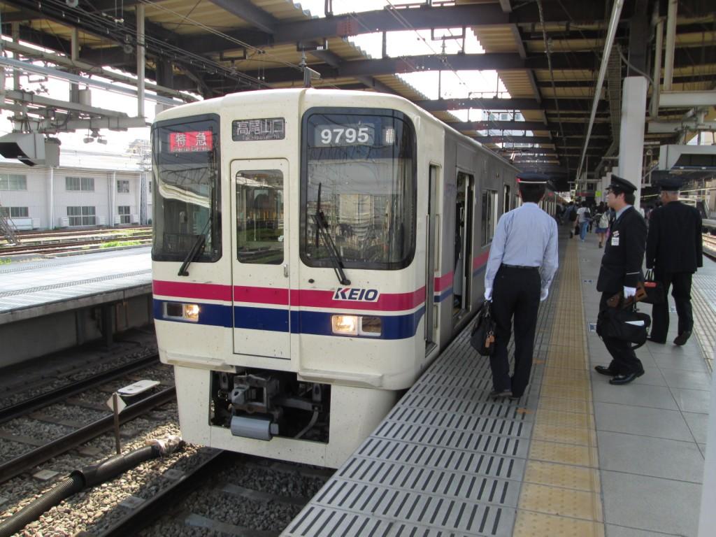 公衆便所樹里 京王電鉄9000系電車(高幡不動駅にて、'15.04.28