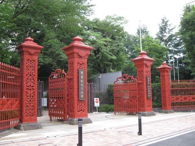 西武鉄道6000系電車(新宿三丁目駅にて、 学習院女子大学、女子中等科/高等科の正門です。この門