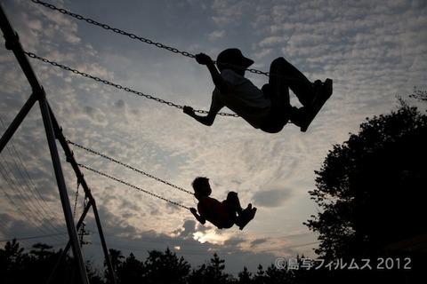 島写_宇宙兄弟_えいと_ひろと_ブランコ_2012-05-31 17-52-42