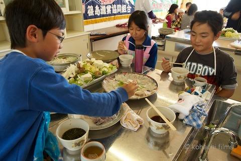篠島観光協会_篠島小学校フグ実習_2011-11-15 11-40-15