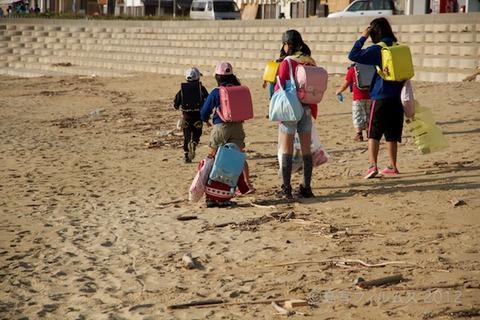 ウミガメ隊_早朝清掃_篠島小学校_2012-10-10 07-48-21