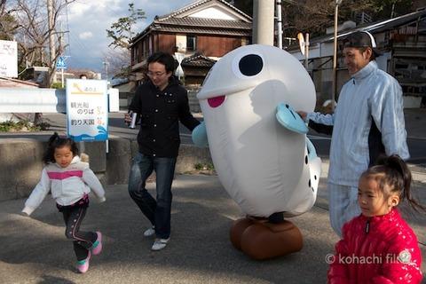 篠島まちづくり会_さらさらサラダ_しらっぴー_2011-12-25 14-06-24