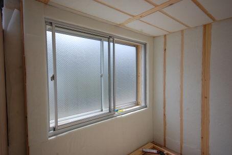窓ユニットに吸音材の張り方。4