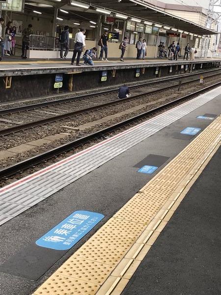【悲報】生活保護を断られた男性、線路で座り込み