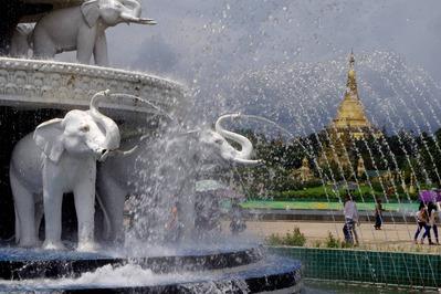 PEOPLE'S PARKの噴水とシュエダゴン・パゴタ