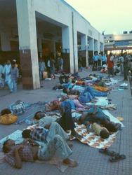 ガヤ駅の外で寝るインド人