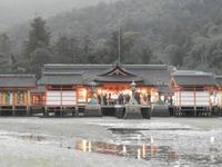 厳島神社の御本殿と平舞台