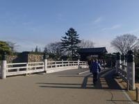 姫路城へ桜門橋を渡る