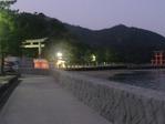 海岸沿いを歩き厳島神社へ