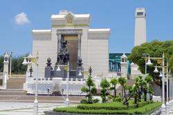 ラマ1世像の広場