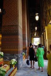 涅槃像の前の廻廊