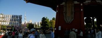 浅草寺の境内からのスカイツリー