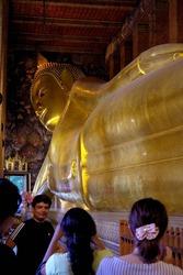 涅槃像に群がる観光客