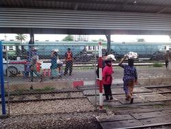 列車へ向う売り子たち