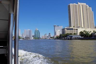 ボートからバンコクの街を眺める