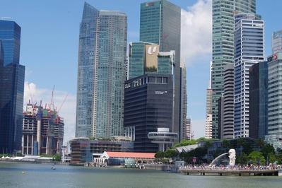 超高層ビル群とマーライオン