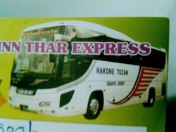 日本語が書かれたツアーバス