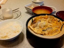 FUJIレストランの卵とじ定食