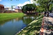旧市街を囲む水堀と歩道
