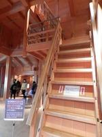 菱櫓の急な階段