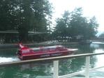 赤いモーターボート