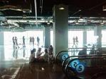 ショッピングビル5階は若者の溜まり場