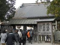 西の門から見る神楽殿