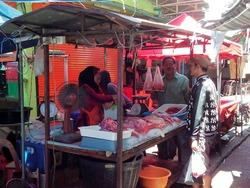 生肉も売られている