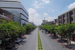 Lat Ya通りを歩く