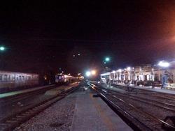 夜明け前のアユタヤ駅のホーム