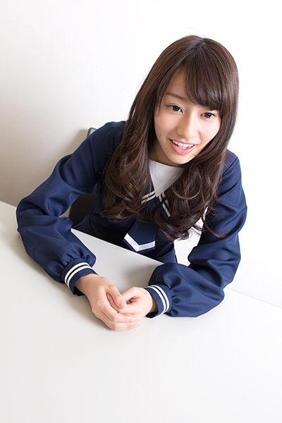 座っている桜井玲香さん