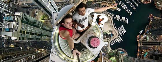 少年たちによる超高層ビルからのスリルある撮影
