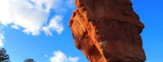 絶妙なバランスで静止している巨大岩たち