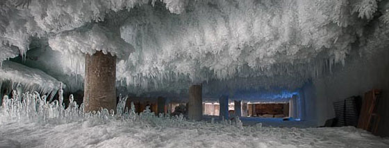 壮大な霜がビルの中に