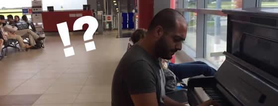 空港の待合室で突然プロのピアノ演奏が
