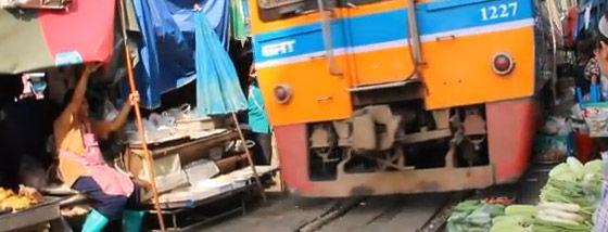 市場の中を列車が走る!世界で最も危険なタイの恐ろしい珍市場