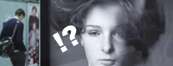 女性モデルの髪が風で乱れる広告にはある秘密が